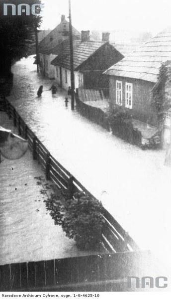 Powódź w Nowym Sączu. Zalana ul. Kraszewskiego, 1934