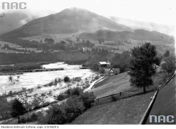 Mszana Dolna. Zerwany most na rzece Mszance - widok z góry