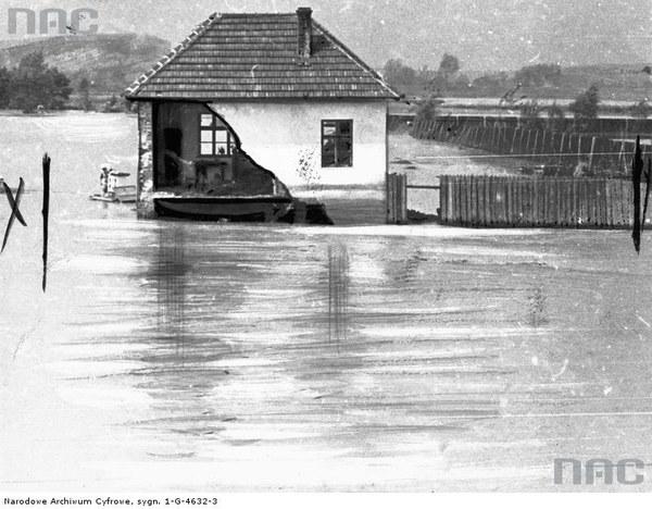 Zniszczony przez wody Skawinki dom w Skawinie, 1934