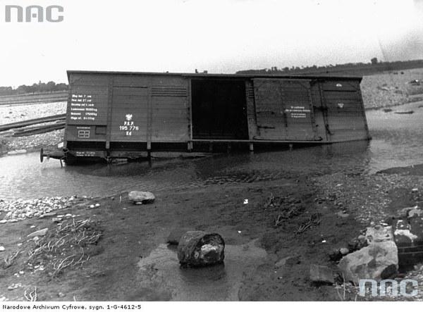 Powódź pod Bogumiłowicami. Przewrócony wagon kolejowy w wodzie, 1934