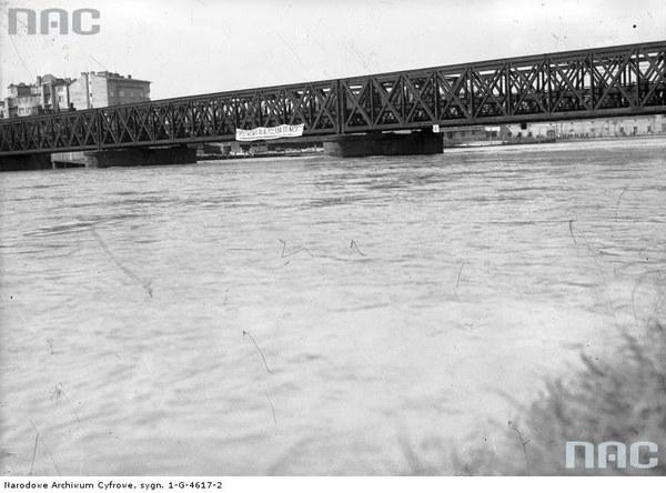 Podniesiony stan wody na Wiśle w Krakowie. Widoczny Most Dębnicki, 1934