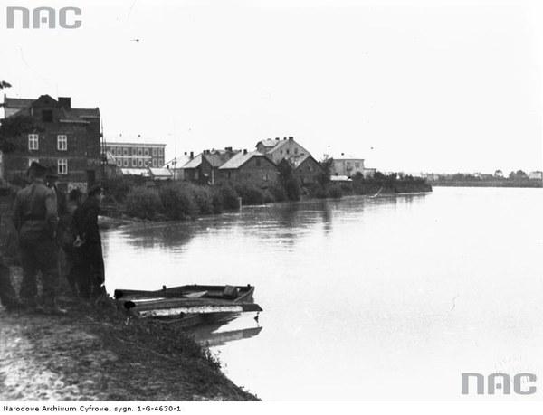 Rzeszów. Grupa mężczyzn nad brzegiem Wisłoka, 1934