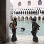 Powódź zniszczyła cenne płyty chodnikowe na placu Świętego Marka w Wenecji