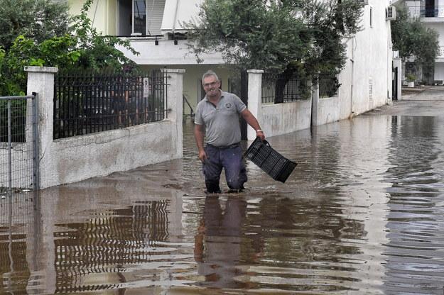 Powodzie i liczne podtopienia to efekt huraganu, który szaleje w Grecji /VASSILIS PSOMAS   /PAP/EPA