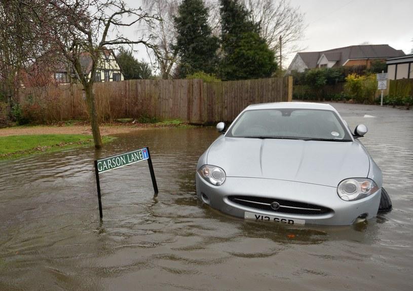 Powodzie w Anglii rozszerzają się w dramatycznym tempie /AFP