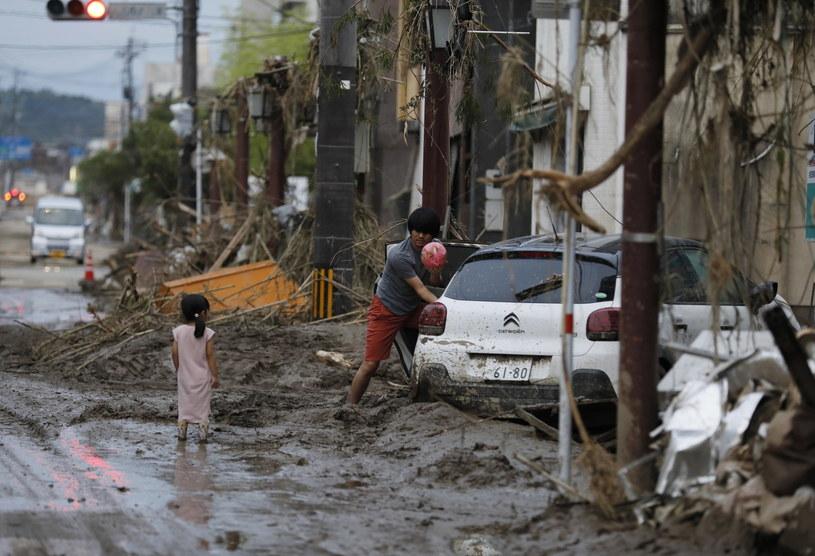 Powodzie w Japonii: 3 tys. domów odciętych od świata, nie żyje 58 osób /KIMIMASA MAYAMA /PAP