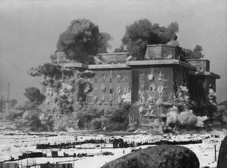 Powojenne próby wysadzenia wież doprowadzały do lokalnych trzęsień ziemi /Bundesarchiv /domena publiczna