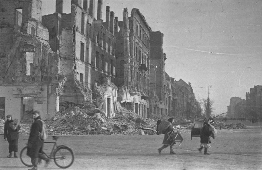 Powroty mieszkańców Warszawy po wyzwoleniu miasta spod okupacji niemieckiej 17 stycznia 1945 roku. Na zdjęciu ulica Marszałkowska róg Alej Jerozolimskich / CAF    /PAP