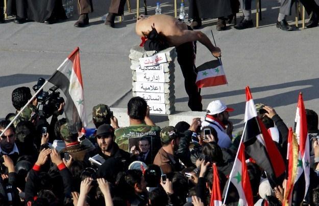 Powstańcy nagrywają przebieg zamieszek na ulicach Damaszku /AFP