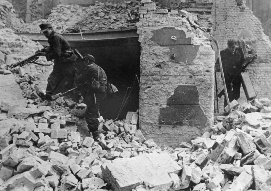 Powstańcy w gruzach Warszawy. Październik 1944 roku /CTK /PAP