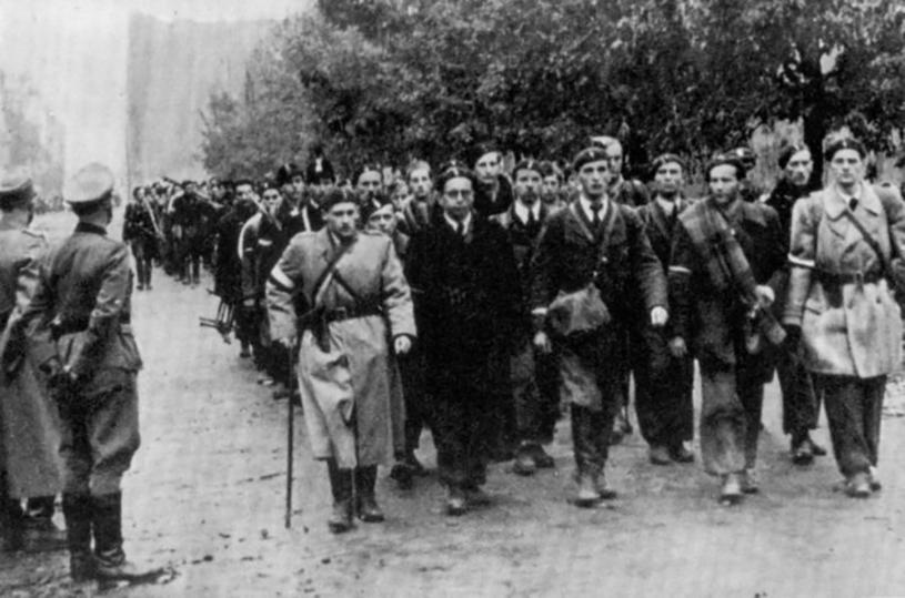 Powstańcy, z dowódcami powstania na czele, wyprowadzani z Warszawy. Wkrótce trafili do obozów jenieckich /Laski Diffusion /East News