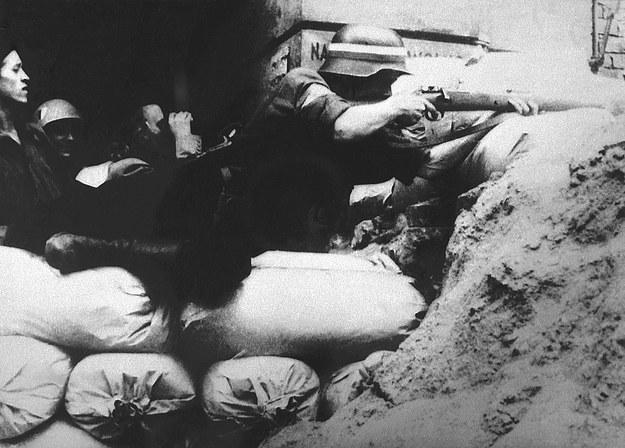Powstańcza barykada z worków z piaskiem, Warszawa 1944 /PAI/Reprodukcja/Jakub Grelowski /PAP