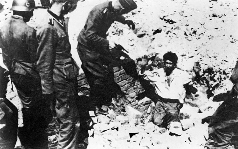 Powstanie w getcie warszawskim. Mężczyzna wychodzący z podniesionymi rękami z kryjówki (bunkru) /ZIH /Agencja FORUM