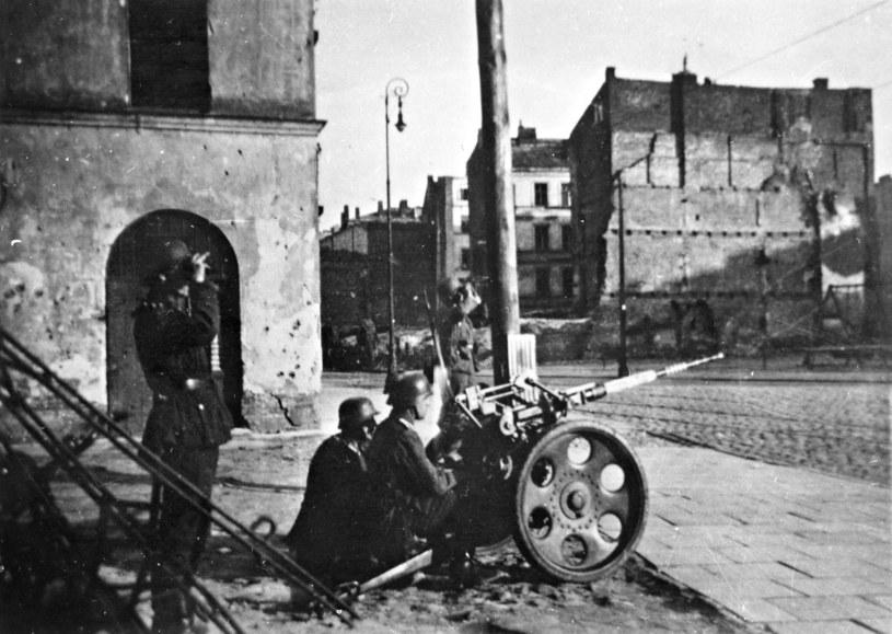 Powstanie w getcie warszawskim. Niemieckie działko ustawione na ulicy Nowiniarskiej 18 /ZIH /Agencja FORUM