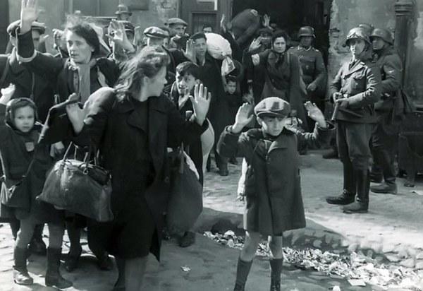 Mieszkańcy getta siłą wydobyci z bunkra. Jedno z najbardziej znanych zdjęć z okresu powstania w getcie - fotografia z raportu generała SS Jürgena Stroopa