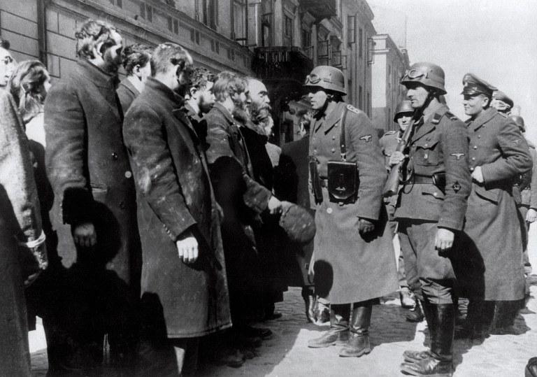 Powstanie w warszawskim getcie. Niemcy przesłuchują Żydów /AFP