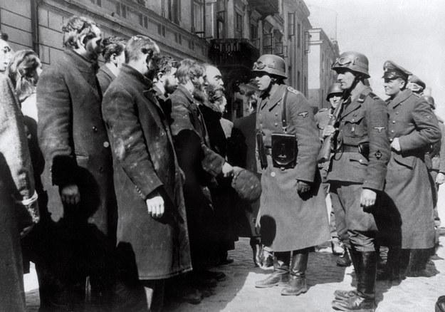 Powstanie w warszawskim getcie: Żydzi przesłuchiwani przez Niemców /ARCHIVE /AFP