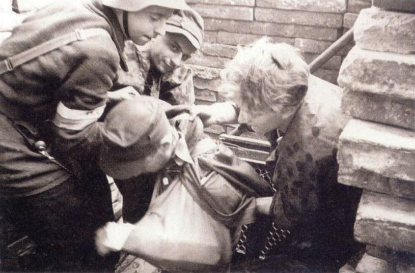 Powstanie warszawskie było jednym z najlepszych prezentów, jakie Stalin otrzymał podczas wojny. Na zdjęciu wyjście z kanałów prowadzących ze Starówki na ul. Wareckiej /materiał partnera