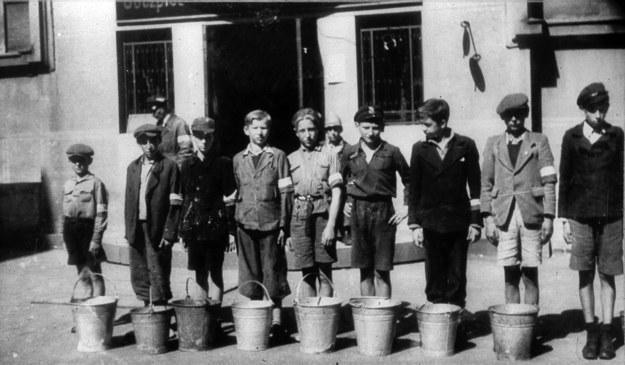 Powstanie Warszawskie, chłopcy noszący wodę do szpitala na Solcu /Reprodukcja: FoKa /Agencja FORUM