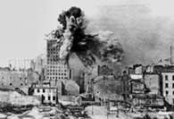 """Powstanie warszawskie: eksplozja pocisku na gmachu """"Prudentialu /Encyklopedia Internautica"""