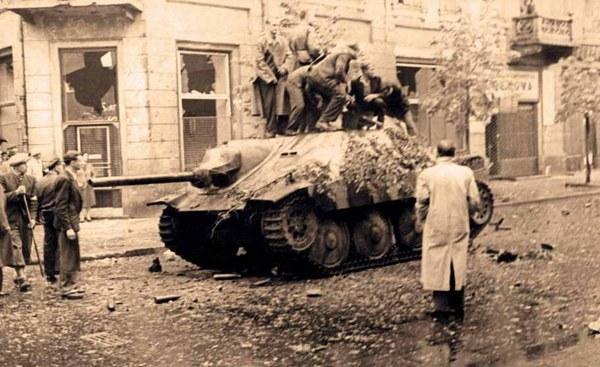 """Zdobyte przez powstańców z Batalionu """"Kiliński"""" samobieżne działo przeciwpancerne Jagdpanzer 38(t) """"Hetzer"""". 2.08 dwa (wg innych relacji - trzy) takie pojazdy pojawiły się w rejonie placu i zostały obrzucone butelkami zapalającymi."""