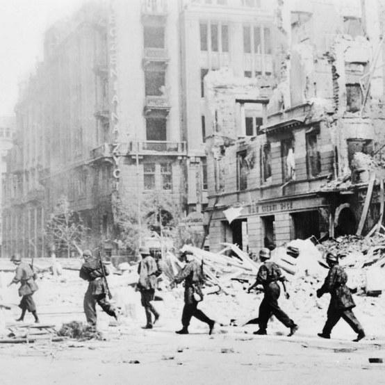 Powstanie Warszawskie (sierpień 1944). Oddział powstańców idących do walki, ulica Jasna /Reprodukcja (PAP) /PAP