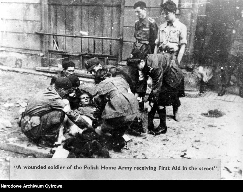 Powstanie warszawskie: Udzielanie pomocy rannemu na ulicy /Z archiwum Narodowego Archiwum Cyfrowego