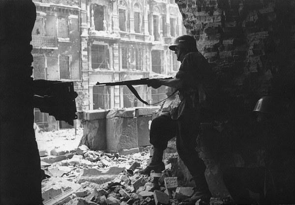 Powstanie Warszawskie, 1944. Krakowskie Przedmieście , kościół Świętego Krzyża. Fotografia pochodzi z serii pocztówek, wydanych przez autora wlasnym sumptem ok.1945