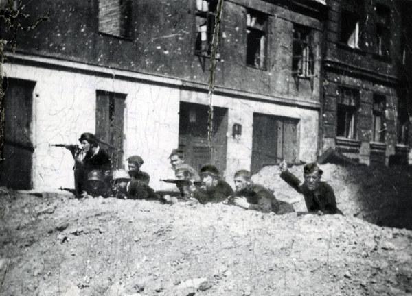 Powstanie Warszawskie, powstańcy na barykadzie