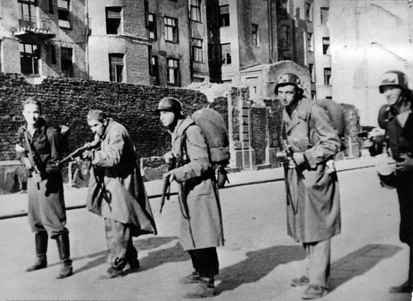 Powstanie Warszawskie, powstańcy pozują do fotografii z bronią