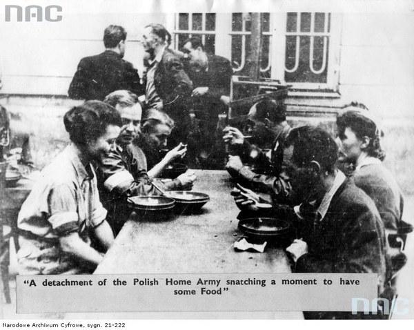Powstanie Warszawskie - powstańcy spożywają posiłek