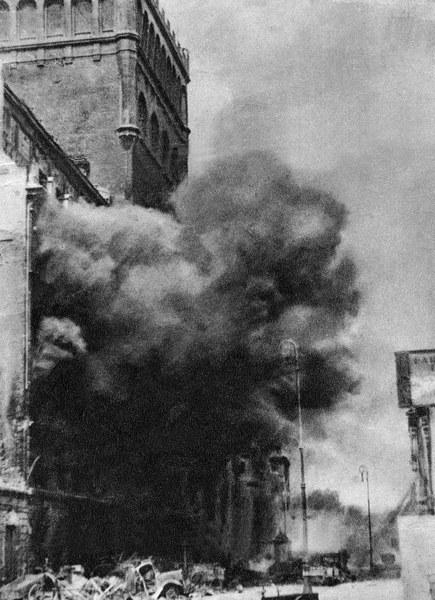 Powstanie Warszawskie, płonący gmach Pasty przy ul Zielnej, byla w nim niemiecka centrala telefoniczna