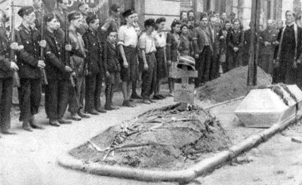 Powstanie Warszawskie, pogrzeb powstańca, Warszawa 1944