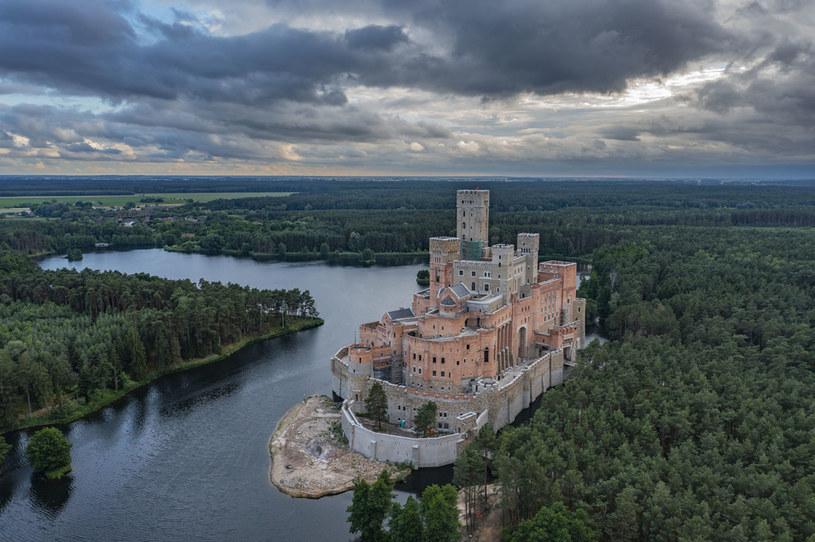 Powstanie zamku w Puszczy Noteckiej dla wielu osób jest dowodem na słabość państwa. Inni uważają, że skoro zamek już powstał, nie należy go burzyć /Robert Neumann / Forum /Agencja FORUM