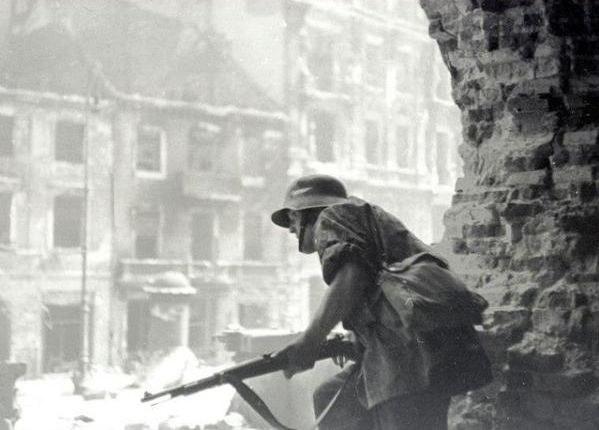 Powstaniec w ruinach kościoła św. Krzyża /Eugeniusz Haneman /East News