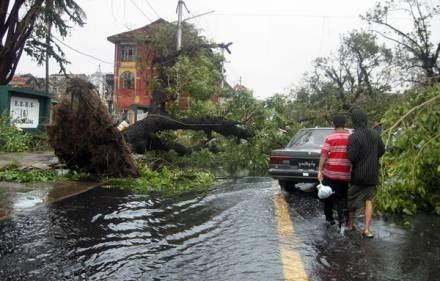 Powszechne zniszczenia to krajobraz po burzach. /AFP