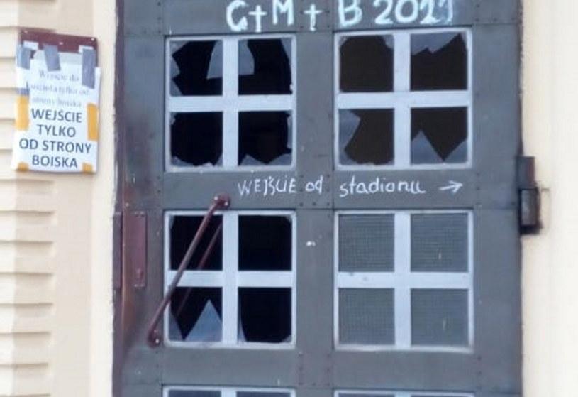 Powybijane szyby w drzwiach sieradzkiego kościoła /Facebook /