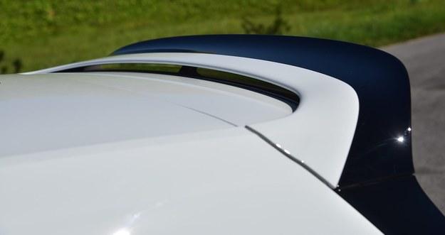 Poza agresywniej stylizowanym zderzakami Clubsport ma większy spojler niż w zwykłym GTI. /Motor