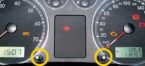 Poza nielicznymi wyjątkami (m.in Jeep Grand Cherokee, Nissan Primera czy Renault Megane), komunikaty kasuje się za pomocą przycisków umieszczonych w obrębie wskaźników auta. W zależności od modelu należy je wciskać lub obracać w odpowiednim momencie. /Motor