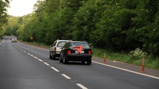 Poza obszarem zabudowanym prędkość pojazdu holującego może wynosić maksymalnie 60 km/h. /Motor