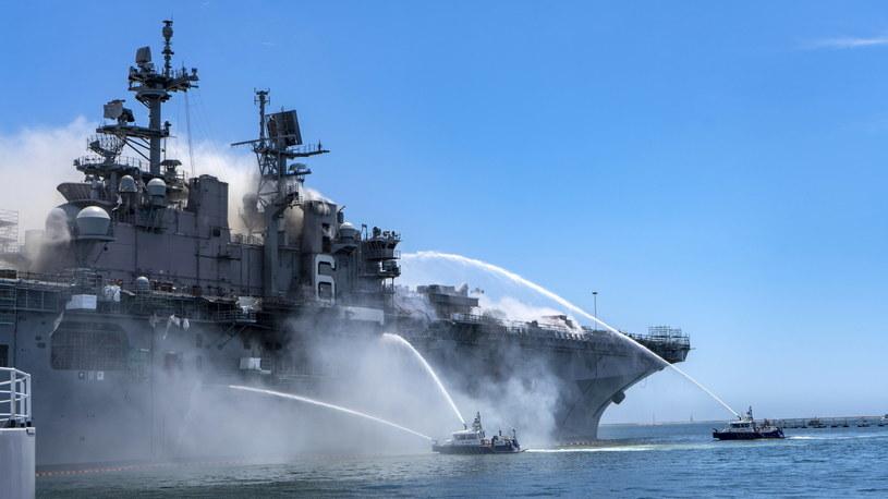 Pożar amerykańskiego okrętu wojennego Bonhomme Richard w bazie w kalifornijskim San Diego.