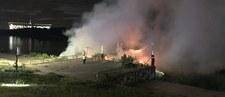 Pożar barki na Wiśle w Warszawie obok Mostu Łazienkowskiego