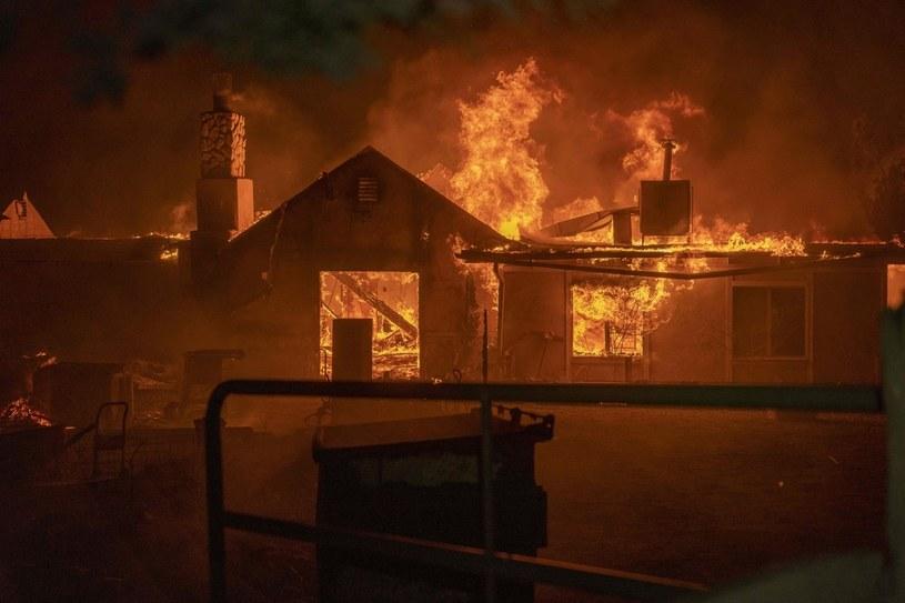 Pożar domu w Juniper Hills w Kalifornii /AFP