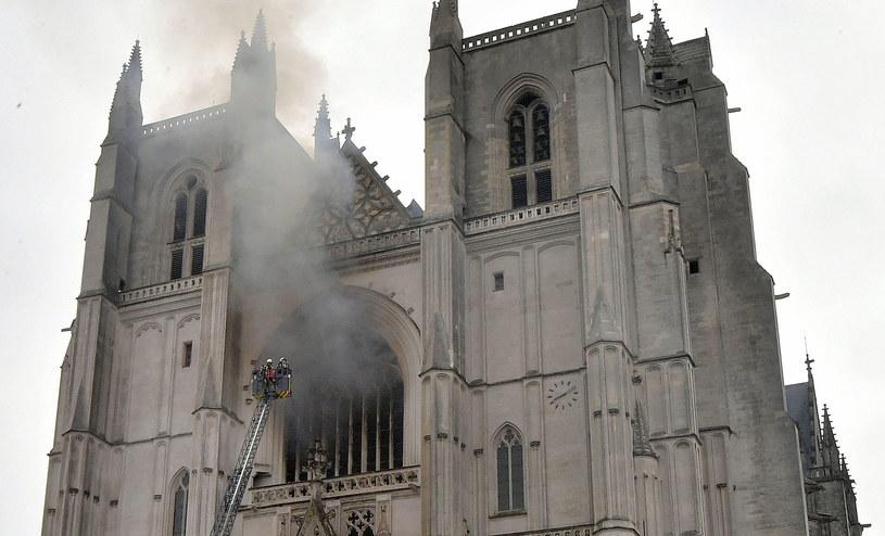 Pożar francuskiej katedry /EPA/JEROME FOUQUET /PAP