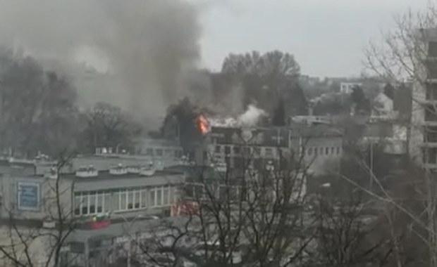 Pożar hali magazynowej w Warszawie. Strzelające fajerwerki utrudniały akcję strażaków