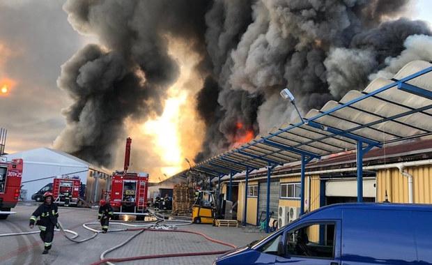 Pożar hali w Gdańsku. Nad Orunią unoszą się kłęby dymu