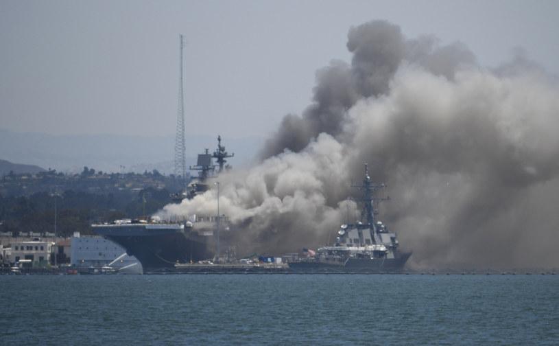 Pożar jest widoczny z daleka /US NAVY /East News