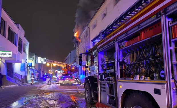 Pożar kamienicy w Nowym Tomyślu. Mieszkańcy ratowali się, skacząc przez okno