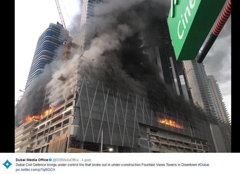Pożar na miejscu budowy wysokościowców w pobliżu największego centrum handlowego w Dubaju /Twitter