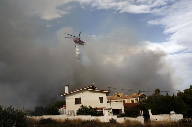Pożar na przedmieściach Aten /ALEXANDROS VLACHOS /PAP/EPA
